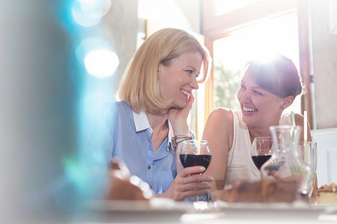 Osobe koje koriste sintetske hormone mogu da konzumiraju alkohol jer on ne utiče na njihovu apsorpciju. Naravno, ne sat vremena posle uzimanja hormona