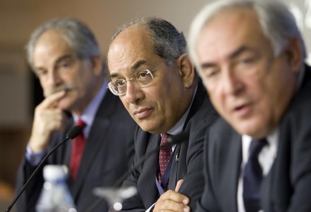 Youssef Boutros-Ghali, minister finansów Egiptu (w środku), John Lipsky, pierwszy zastępca dyrektora wykonawczego MFW (z lewej) Dominique Strauss-Kahn, dyrektor wykonawczy MFW (z prawej) podczas jednej z sesji MFW w Stambule. Fot. Bloomberg