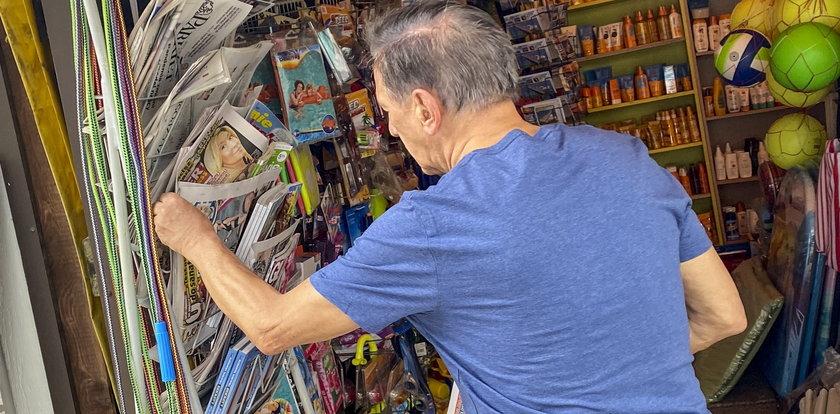 Jan Englert na wakacjach. Czyta o sporcie i zerknął do Faktu