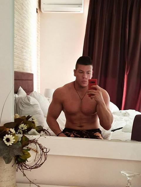 Sloba Radanović objavio fotku iz kreveta: O ovim scenama njegove devojke bruje svi!
