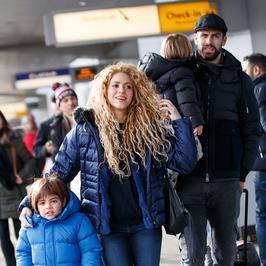 Shakira z dziećmi i mężem na lotnisku w Nowym Jorku