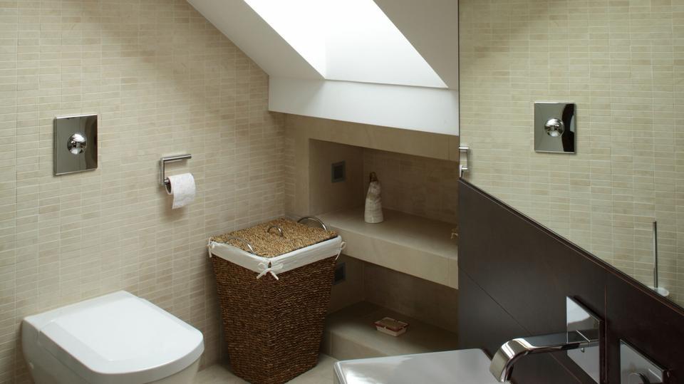 Na typową umywalkę z dopasowaną szafką nie było miejsca, dlatego wybrano model, który można było umieścić w wąskim przejściu.