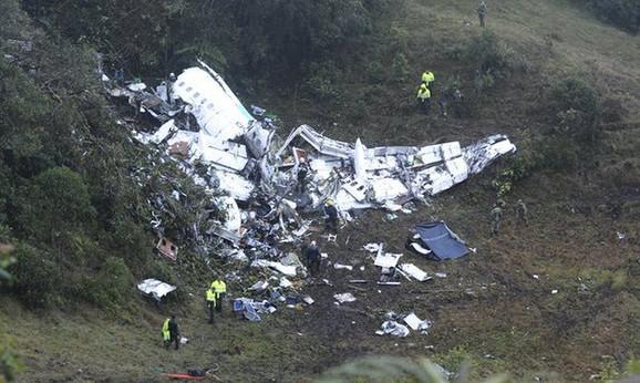 Avion potpuno uništen