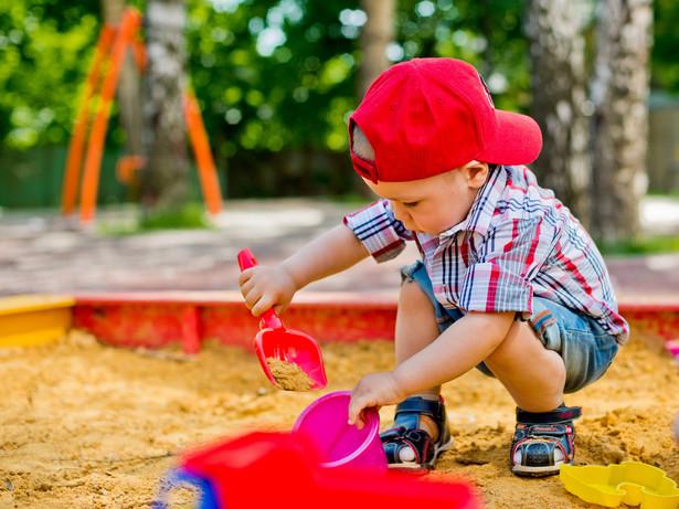 Przywłaszczenie rzeczy jest czynem karalnym. Nawet rzeczy o tak znikomej wartości jak zabawka z piaskownicy, która jest pewnie kubełkiem, foremką lub łopatką.