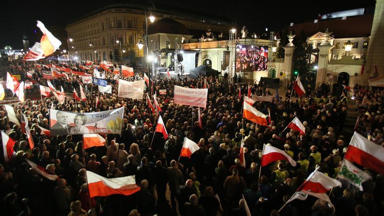 Obchody 7. rocznicy katastrofy smoleńskiej - zakończyły się wieczorne uroczystości przed Pałacem Prezydenckim