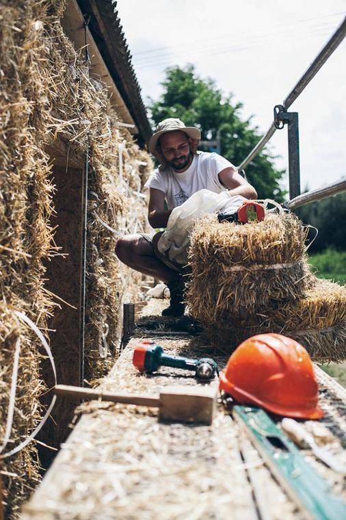 Ekologiczny dom możesz zbudować z pomocą przyjaciół i rodziny