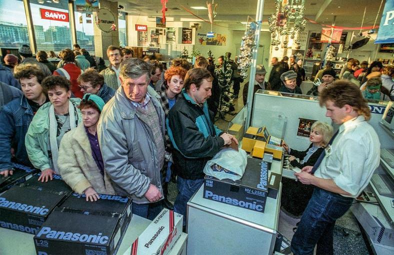 Warszawa 1989. Grudzien. Nowy PEWEX ze sprzetem elektronicznym za dolary / Fot. Chris Niedenthal