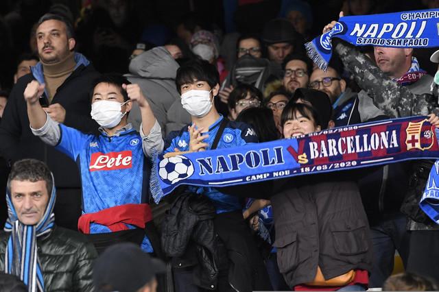 Detalj sa tribina u Napulju: Navijači nose maske zbog korona virusa