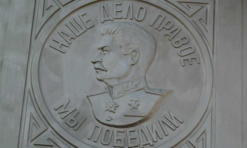 Ostatnia w Polsce podobizna Józefa Stalina, na medalionie znajdującym się w murze okalającym cmentarz wojenny żołnierzy radzieckich w Cybince