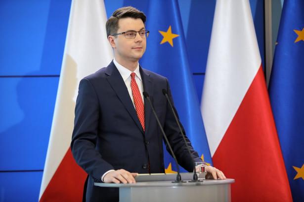 To jest straszenie Polaków, to jest również wywoływanie tematu polexitu, zresztą po raz kolejny, przez PO mieniącą się partią europejską, która de facto wzbudza nastroje antyunijne - powiedział Piotr Mueller