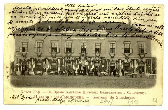 """Razglednica hotela """"Laf"""" iz 1900. godine, svečano okićenog povodom dočeka upravo venčanog kraljevskog para Aleksandra i Drage Obrenović"""