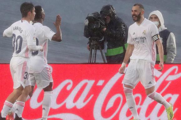 """E TO JE DERBI! Real pobedio u """"el klasiku"""" i preskočio Barsu i Atletiko na tabeli, svi pričaju o Benzeminoj peti! /VIDEO/"""