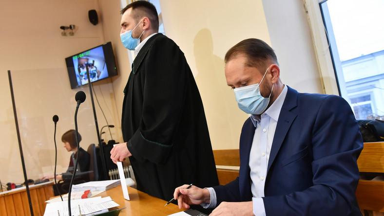 Oskarżony Kamil Durczok (P) oraz jego adwokat Łukasz Isenko (2P)
