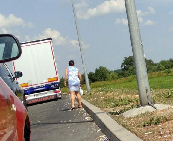 Rahel Orban baca prljave pelene pored puta