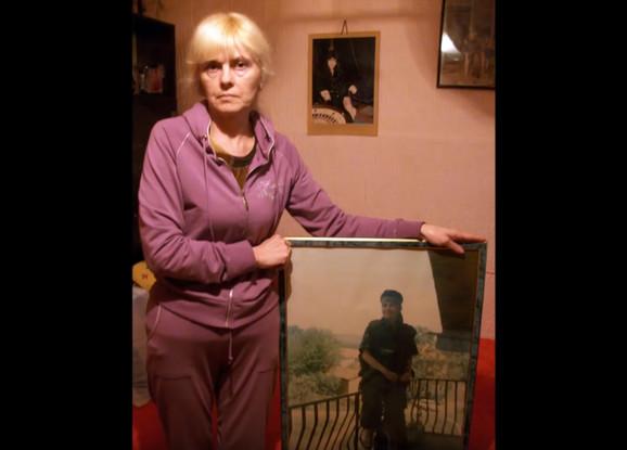 Sestra Vesna sa Slađaninom fotografijom