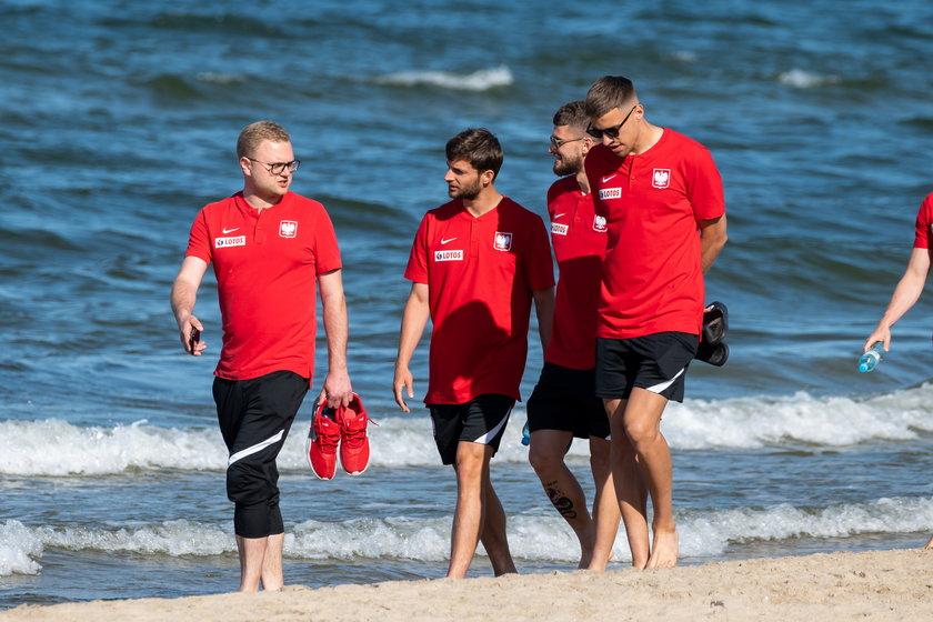 """Boso na plaży. Tak """"polska husaria"""" szykuje się do meczu z Hiszpanią"""