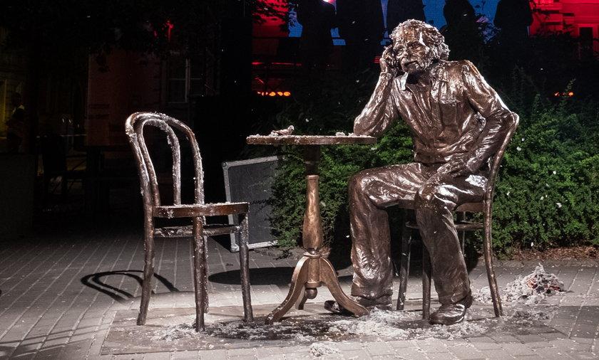 Do pomnika Bohdana Smolenia można się przysiąść, dzięki dodatkowemu krzesłu.