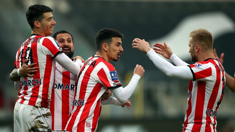 Radość piłkarzy Cracovii po strzeleniu gola przez Sergiu Hanca (2P)
