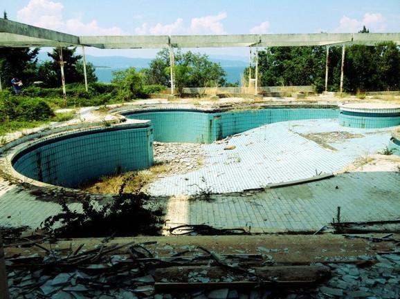 Ruinirani bazen danas