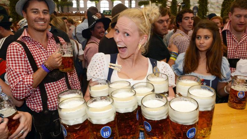 """Historia Oktoberfest zaczęła się w 1810 roku od uroczystości weselnych z okazji zaślubin bawarskiego księcia Ludwika I z Teresą von Sachsen-Hildburghausen. Stąd łąka (Wiese), na której rozbija się tradycyjnie wielkie namioty biesiadne zwie się w Monachium """"Theresienwiese"""". Od tamtej pory festyn organizowany był co roku, odwoływano go jedynie ze względu na epidemie lub wojny."""