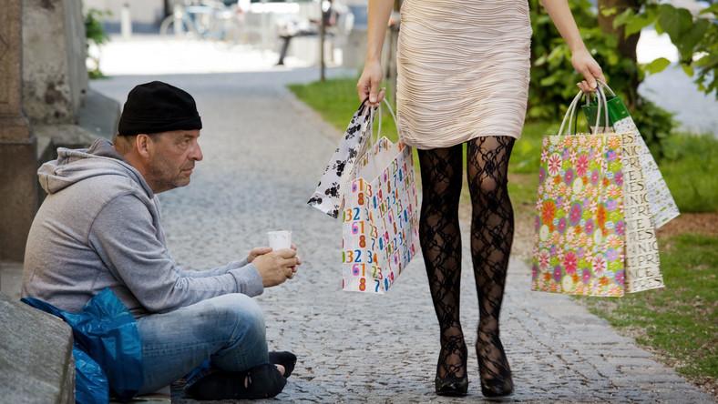 Bogata kobieta i biedny mężczyzna