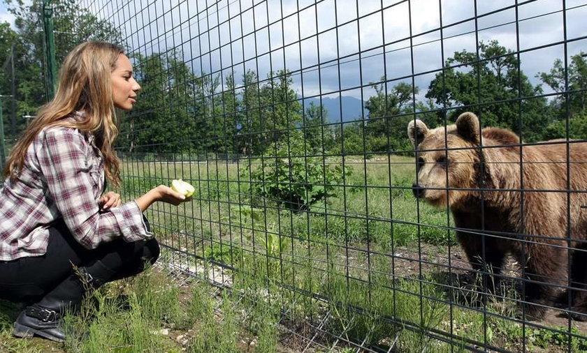 Sexy piosenkarka podrywa niedźwiedzie