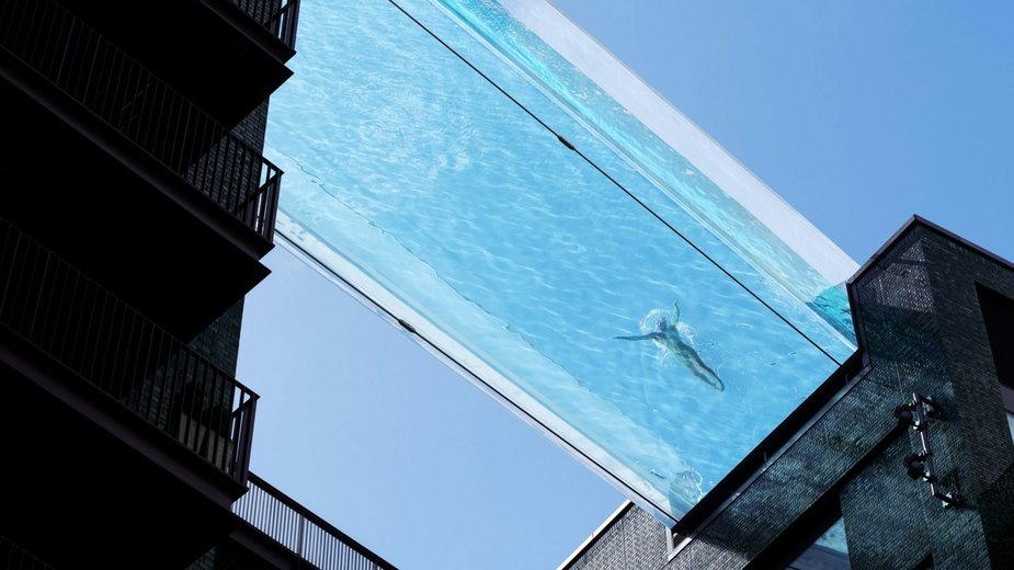 Słynny przezroczysty basen Sky Pool między blokami gotowy