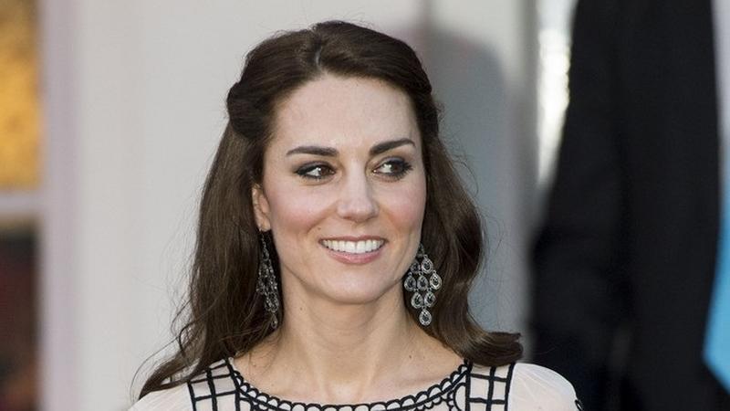 Elegancka księżna Kate świętuje w Indiach urodziny królowej Elżbiety II