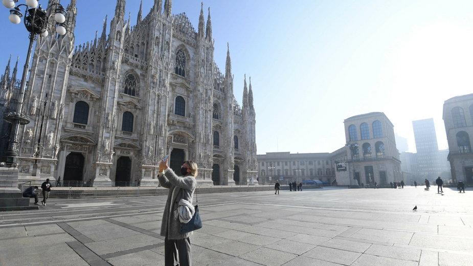Pusty plac przed Katedrą w Mediolanie