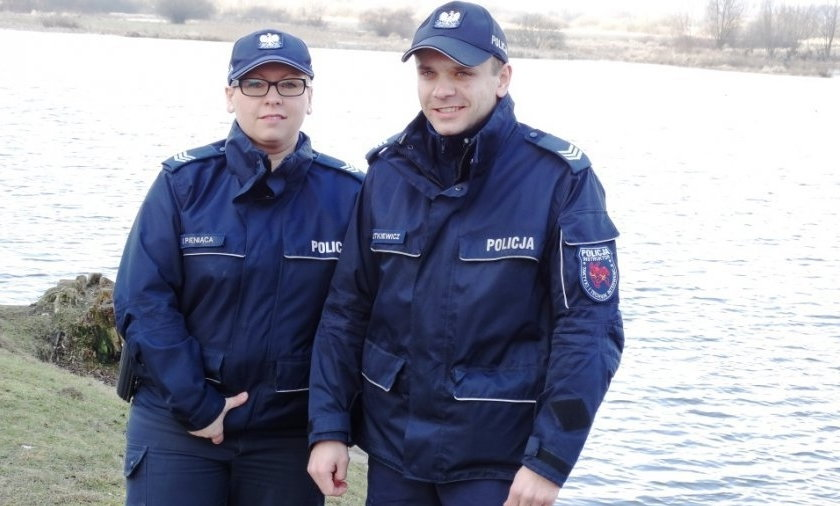 Policjanci uratowali kobietę, która wpadła do stawu karmiąc łabędzie