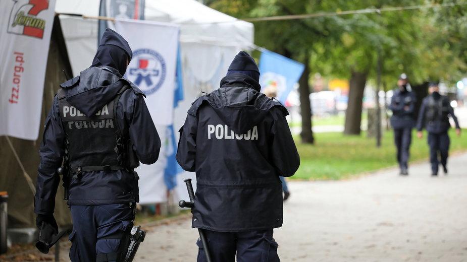 """Policja na terenie """"białego miasteczka"""""""
