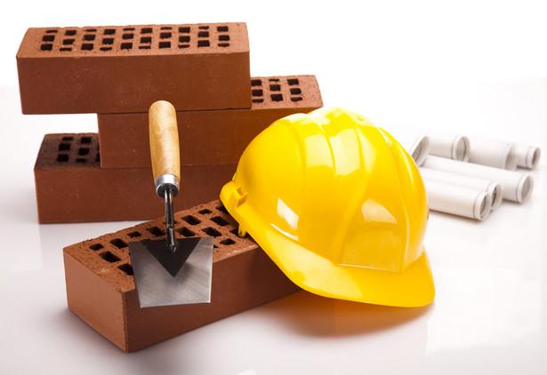 """Co to takiego samowola budowlana? Na próżno szukać dokładnego wyjaśnienia terminu """"samowola budowlana"""" w którymś z kodeksów lub ustawie, ponieważ ustawodawca tego pojęcia nie zdefiniował. W praktyce samowola budowlana to po prostu niezastosowanie się do wymogów określonych w prawie budowlanym. Aby popełnić samowolę, nie trzeba stawiać całego domu. Wystarczy przystąpienie do robót budowlanych bez zgłoszenia. Podobnie sprawa ma się z rozbudowywaniem istniejącego obiektu (np. dobudowanie ganku) bez odpowiedniego zgłoszenia. Zanim złożymy wniosek o pozwolenie na rozpoczęcie budowy, musimy sprawdzić status działki. Jeśli nie jest ona objęta planem zagospodarowania przestrzennego, należy uzyskać decyzję o warunkach zabudowy."""