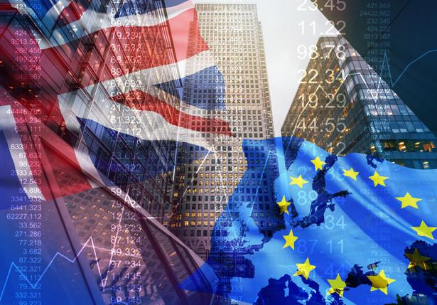 W razie braku jakichkolwiek innych ustaleń, niezależnie od przyjętej wcześniej w środę opinii politycznej Izby Gmin przeciwko bezumownemu brexitowi, Wielka Brytania automatycznie opuści Wspólnotę bez umowy o północy z 29 na 30 marca.