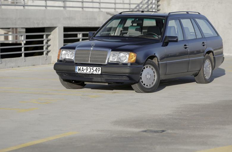 Egzemplarz z 1991 roku z największym  i najmocniejszym w ofercie W124 3-litrowym turbodieslem. Na pokładzie: automatyczna klimatyzacja, tempomat oraz automatyczna 100-proc. blokada mechanizmu różnicowego – ASD.