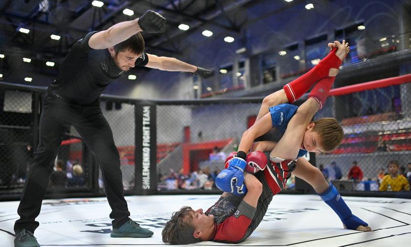 Dzieci walczą w oktagonie w turnieju MMA w Omsku w Rosji.