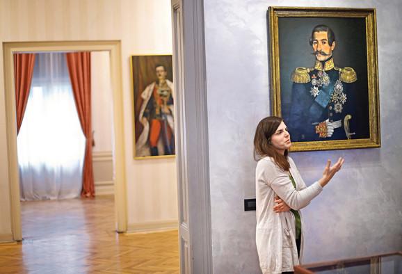 Ružica Opačić, autorka postavke, ispred portreta kneza Aleksandra Karađorđevića