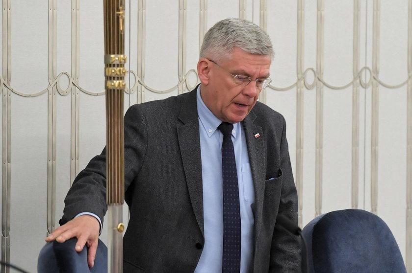 Marszałek Senatu Stanisław Karczewski ze zdjęciem Donalda Tuska