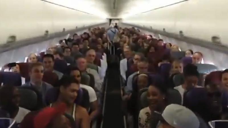 Kadr z filmu z występem ekipy The Lion King w samolocie, fot. YouTube