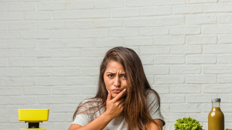 Dieta. Kobieta myśli o odchudzaniu
