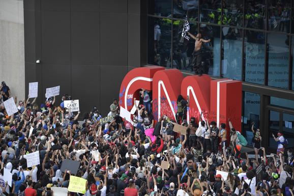 U Atlanti u Džordžiji, stotine demonstranata sukobilo se sa policijom ispred sedišta televizije CNN, a neki su skandirali policiji: