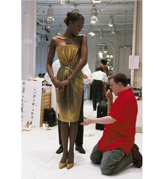 Alexander McQueen w trakcie pracy nad kolekcją dla Givenchy