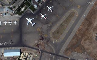 Afganistan: Talibowie strzelali w powietrze, by rozproszyć tłum na lotnisku w Kabulu