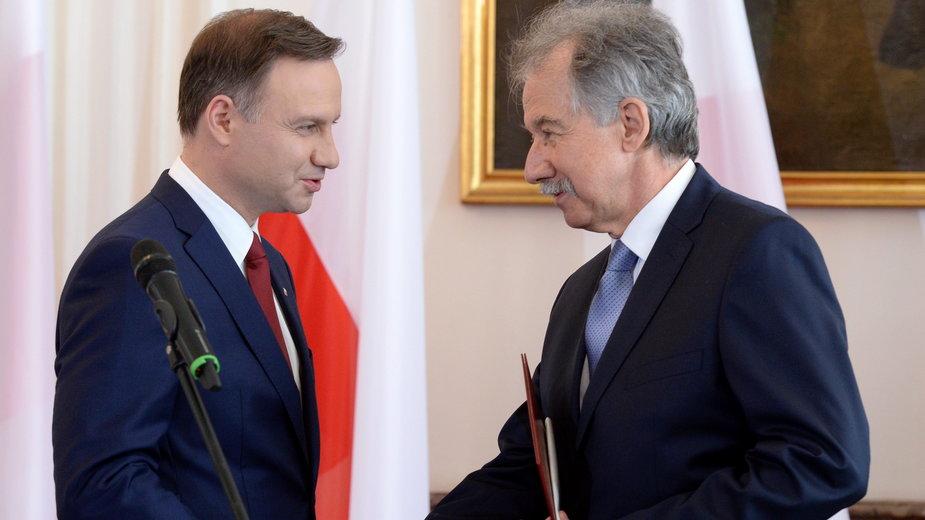 Wojciech Hermeliński wręcza akt wyboru na prezydenta RP Andrzejowi Dudzie, 2015 r.
