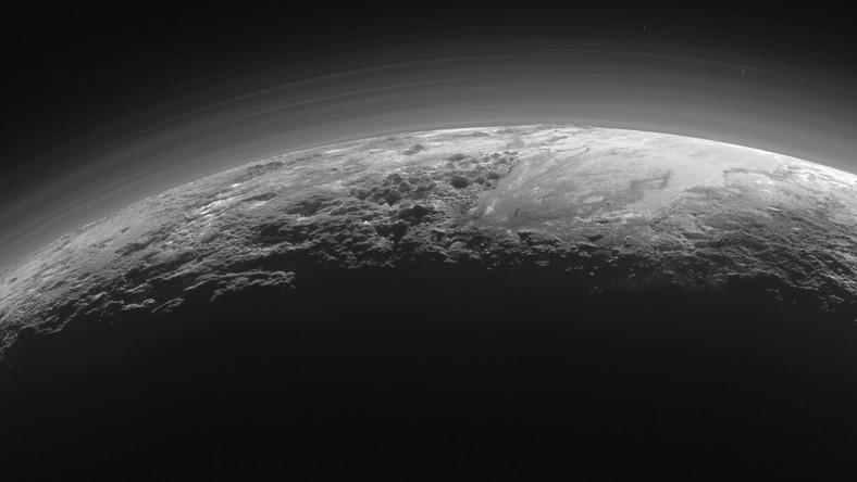 Nowe zdjęcia wykonane zostały zaledwie 15 minut po przekroczeniu przez New Horizons punktu najmniejszej odległości od Plutona. Od powierzchni planety karłowatej dzieliło wtedy sondę zaledwie 18 tysięcy kilometrów. Szerokość całej powyższej panoramy to 1250 kilometrów.