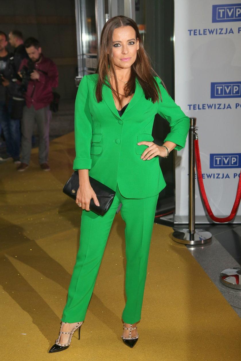 Anna Mucha w zielonym garniturze na konferencji TVP