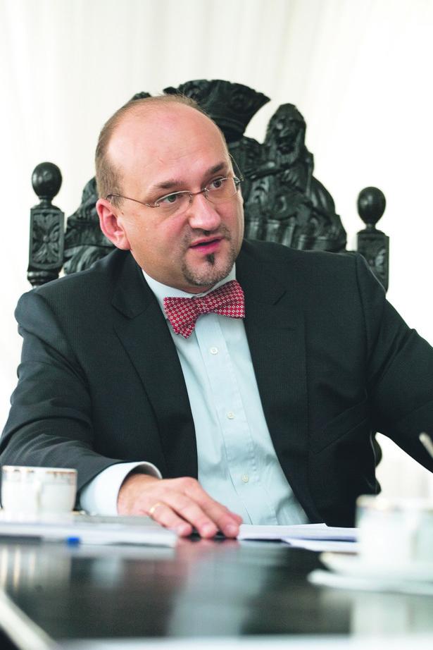 Ok. 8,5 tys. więźniów, czyli ponad 10 proc., mogłoby odbywać karę w systemie dozoru elektronicznego - poinformował w poniedziałek wiceminister sprawiedliwości Łukasz Rędziniak. Fot. GP