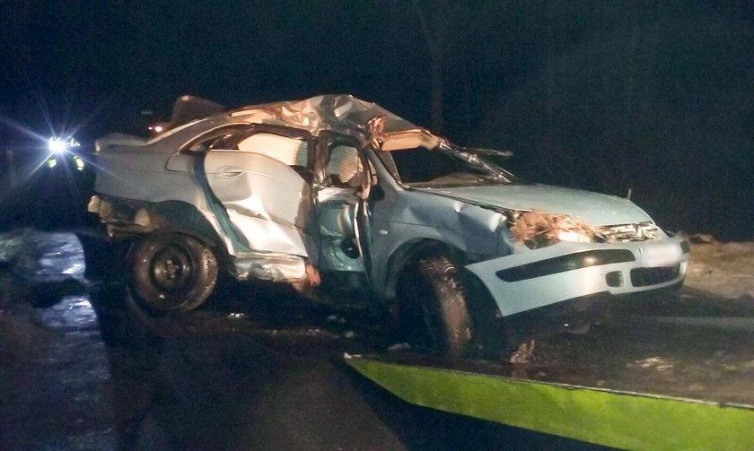 Kierowca wisiał głową w dół i wołał pomocy. Mógł się udusić