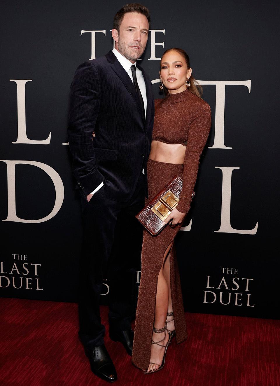 El vestido brillante Herve Leger de Jennifer Lopez, Ben Affleck llegó con un mono de Ralph Lauren para el estreno