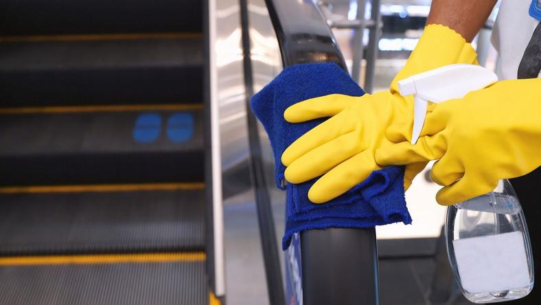 Galeria handlowa, schodu ruchome, czyszczenie poręczy