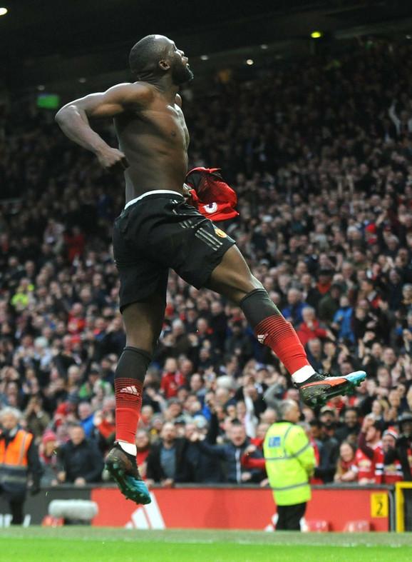 Romelu Lukaku slavi gol Junajteda za pobedu protiv Sautemptona